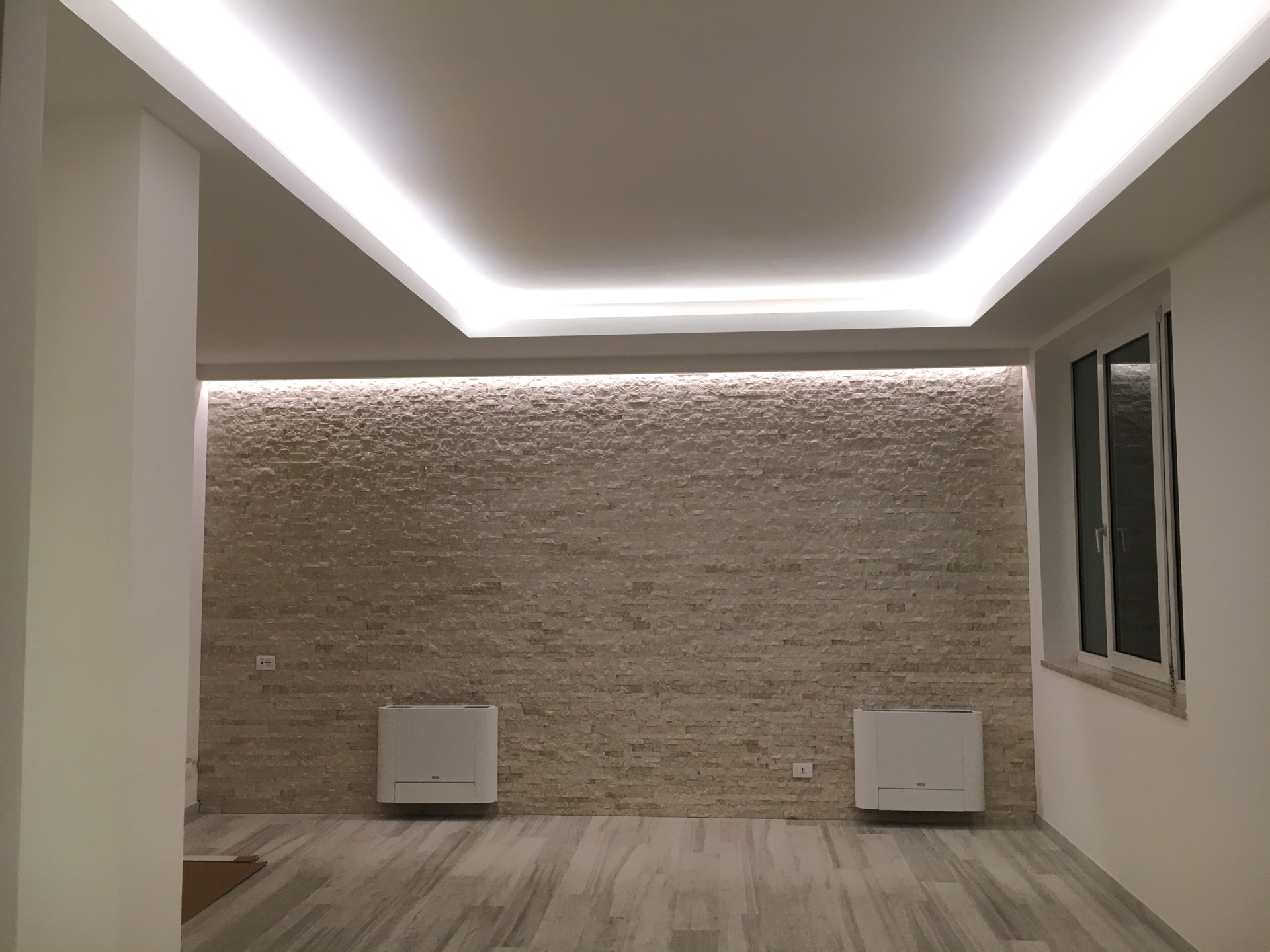12 idee per illuminare casa e risparmiare mes retail for Luci a led per interni casa